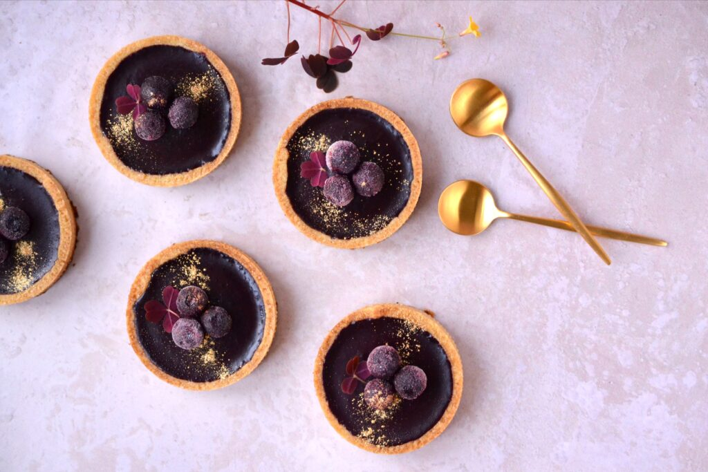 Små blåbærtærter med hvid chokolade