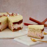 Lagkage med rabarber og hvid chokolademousse