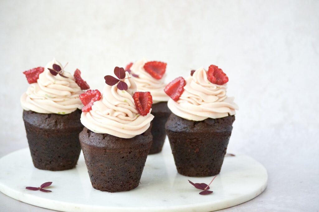 Chokolade muffins med skovbærcereme